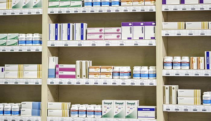 Vor der Medikamenteneinnahme lieber Hebamme, Ärztin oder Apothekerin fragen. | Bild: Getty